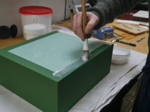 Applying glue on the tray